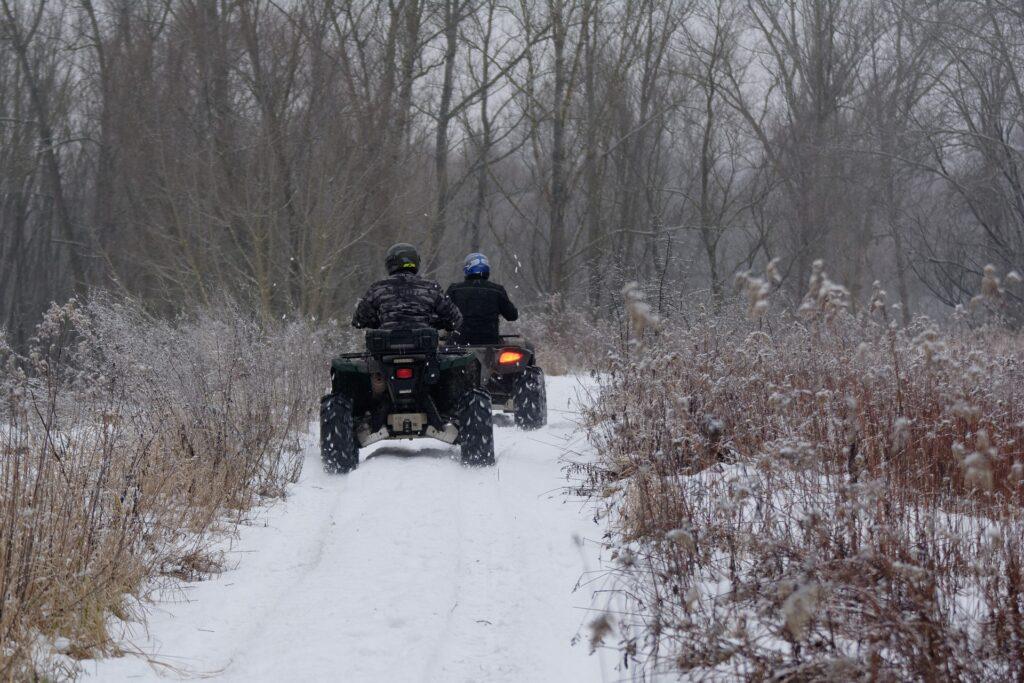 quads in het bos tijdens de winter
